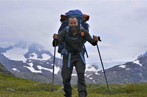 Mannen og fjellet: Nord-Norges høyeste fjell, Oksskolten (1916 moh) er vakker både nært og fjernt. Mannen gjør seg til foran kamera.