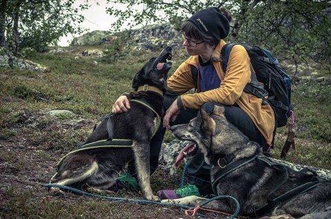 Lila Fuchs med to av sine 19 hunder.