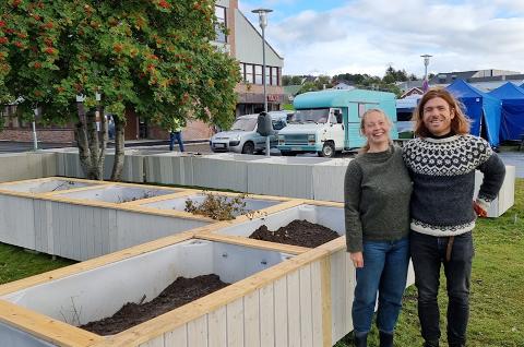 Lisa Pliassova og Parsa Massahi fra Polarhagen avbildet ved den nye byhagen på Leknes.