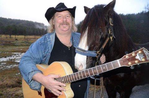 BLIR HJEMME: hesten blir etter alt å dømme hjemme. Men både gitaren og den bulkete cowboyhatten blir med Steven Kvinlaug tilFat Tire Garage i Lyngdal.