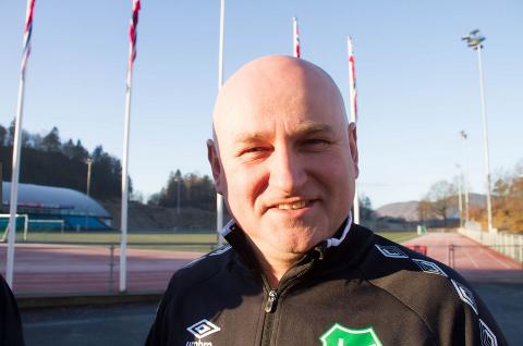 TOMT PÅ STADION: Roger Abusland fortelle at Lyngdal IL åpner forsiktig for organisert trening, men fortsatt er det lite folk på Lyngdal stadion.