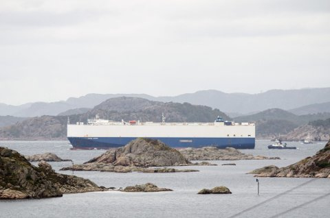 FOR EGEN MASKIN: Her passerer er «Viking Queen» Korshamn, og slepebåtene fra Farsund fortøyningsselskap slipper taket.