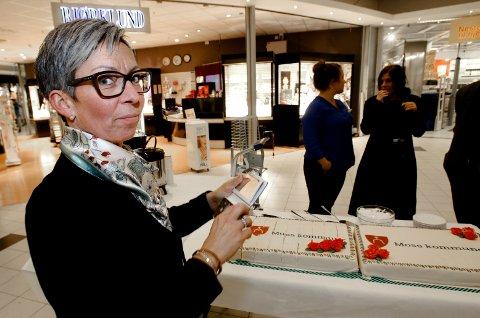 HISTORISK: Hanne Tollerud (Ap) smakte på storkommunekaken 20. april. 20. juni sa et stort flertall i Moss bystyre ja til å bygge ny kommune med Rygge.