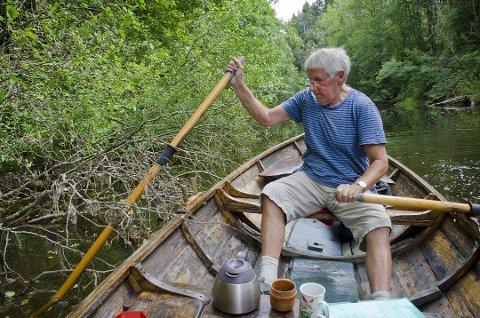 Vil rydde: Tommy Braaen på rotur opp Hølenselva (Såna). Braaen mener at elva må ryddes for folk som vil bruke vannveien mellom Hølen og Son. Foto: Åsmund Løvdal