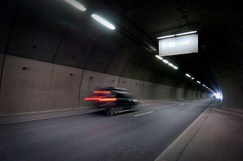 FRONTKOLLISJON: En sjåfør av et vogntog hadde ikke mulighet til å svinge unna da en 60-åring fra Moss kom rett mot han i feil kjøreretning i Nordbytunnelen mellom Frogn og Ås i Akershus. Lastebilsjåføren kom fra det uskadd. 60-åringen som er bosatt i Moss fikk omfattende skader.