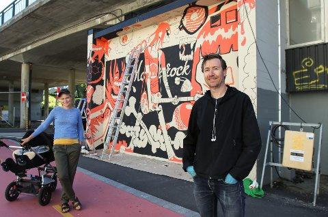 VEGGKUNST: Kunstner Rune Markhus har malt en vegg under Rådhusbrua som speiler mosserockens historie. Kaja Olsen er initiativtaker til prosjektet.