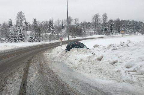 Ved 13-tiden ligger fortsatt bilen i grøfta.
