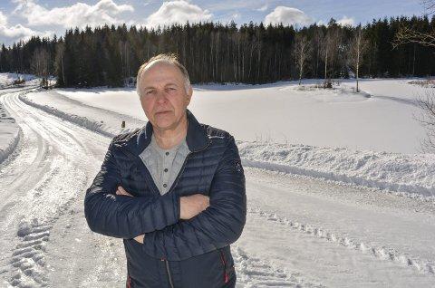 «DETTE MÅ STOPPES»: Ole Petter Sæby representerer naboene som reagerer på Riiser gårds planer om å anlegge et gedigent deponi og pukkverk på Riiser, rett bak høyden i skogen i bakgrunnen.