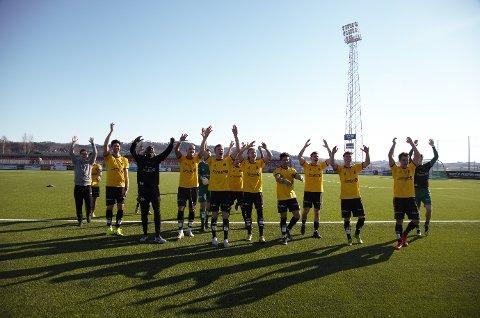 JUBEL: MFK-spillerne var borte hos de tre tilreisende bortesupporterne og takket for støtten etter endt dyst i Levanger.