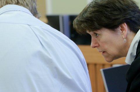 FORSVARER: Advokat Tone Monclair i samtaler med mannen i slutten av 50-årene fra Jeløy som i Moss tingrett ble dømt til sju måneders ubetinget fengsel.