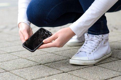 BYTTER MOBIL: Én av ti i alderen 18-29 år kjenner noen som har meldt at mobilen har blitt stjålet eller knust for å få ny telefon på forsikringen.