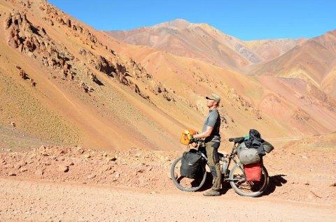 STORSLÅTT TUR OG NATUR: Arne R. Pettersen i Paso Agua Negra i Argentina. Sveip for å se flere bilder!
