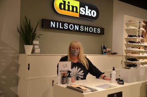 GLAD: Butikksjef ved Din sko/Nilson Shoes, Anett Olsen Gundersen, var strålende fornøyd med å åpne igjen torsdag morgen.