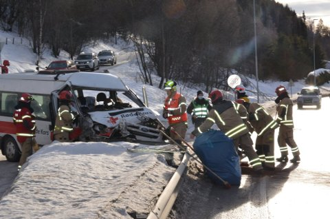 ULYKKE: To frivillige i minibuss fra Moss Røde Kors var på vei opp til Merket i Tisleidalen for å hente en familie hjem.