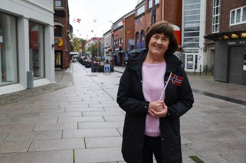17. MAI: Inger-Lise Skartlien ved kommunetorget i Moss forteller litt om hvilke regler som gjelder på nasjonaldagen.