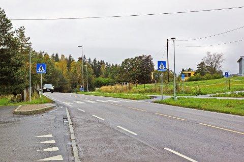 En ny rundkjøring og en dagligvarebutikk er foreslått rett øst for dette fotgjengerfeltet på fylkesvei 151 og Sonsveien.