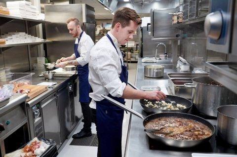 Kjøkkensjef Håkon Solbakk skal tirsdag kjempe om å bli Årets kokk og håper å bli Norges kandidat til Bocuse d´Or.   Her sammen med kokk Kristoffer Eggan i bakgrunnen.
