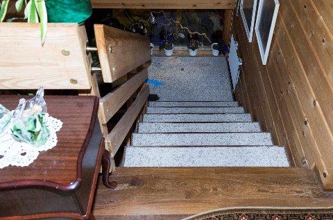 Dette trappereposet skal 34-åringen ha kastet moren ned på. Han skal deretter ha hoppet og tråkket på henne.
