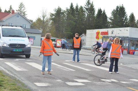 Asta Wekre, Sara Nervik Drevland, Signe Kobberød går alle på sjuende trinn ved Åsheim barneskole. I forrige uke var det deres tur til å sørge for at de yngre elevene trygt kunne krysse veien på vei til skolen.
