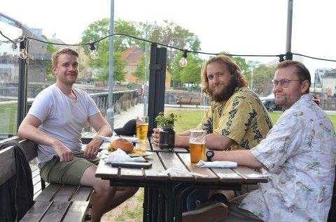 Kristoffer Grini (31), Reidar Øiangen (30) og Andreas Alsaker (33) nøt et par pils på Café Løkka, etter at kommunen valgte å åpne kranene igjen, torsdag ettermiddag.