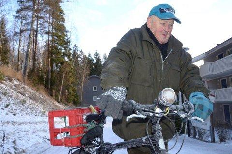 BYDELSORIGINAL: Ole-Bjørn slik mange husker ham, her på tur med sykkelen sin opp Munkerudveien fra hjemstedet ved Ljanselva.
