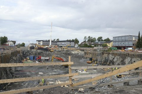 NÅ: Tomten der det tidligere lå bensinstasjon og sportsbutikk er nå et stort hull. Her skal det bygges butikksenter med boliger på toppen. Foto: Nina Schyberg Olsen