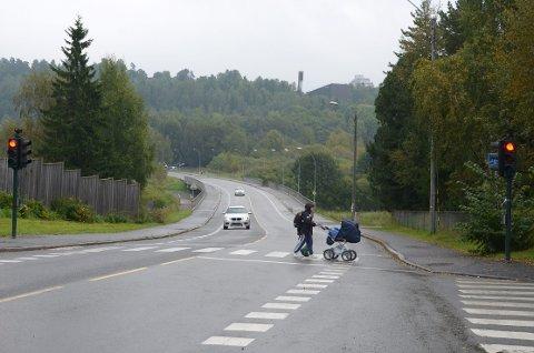 SIKRES: Bymiljøetaten skal sikre dette gangfeltet ved Østensjø-vannet, men BU vil ha flere tiltak enn foreslått. Arkivfoto: Nina Schyberg Olsen