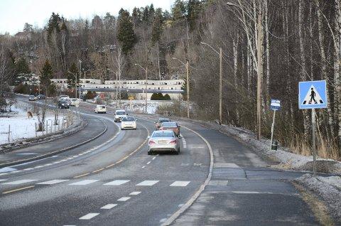 ØSTENSJØVEIEN: Det foreslås nå 40-sone fra Abildsø og helt frem til dette gangfeltet ved parkeringsplassen i sydenden av Østensjøvannet. Gangfeltet foreslås også opphøyd. Arkivfoto