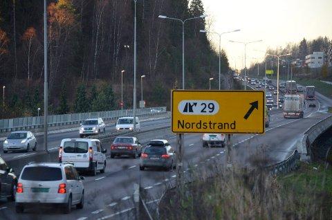 TRAFIKKTILTAK: Dyrere og miljørettede bomtakster skal gjøre det mindre attraktivt å kjøre bil i Oslo - og forbedre osloluften. Arkivfoto: Nina Schyberg Olsen