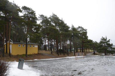SYDEN: Ulvøya IL vil bygge en ballbane ved Sydenstranda på Ulvøya, bak det gule huset til venstre. Foto: Kristin Trosvik
