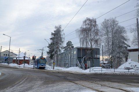 HOLTET: I påsken starter Sporveien arbeidene med å utbedre planovergangen i Holtet-krysset.