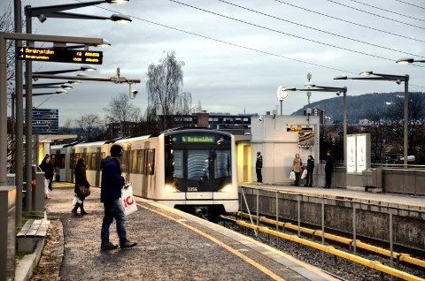 VITNER SØKES: Kan du ha sett en ransmann på en av de siste T-banene fra Høyenhall natt til sist søndag? Personene på bildet har ingenting med hendelsen å gjøre. Arkivfoto/Illustrasjonsfoto