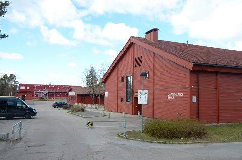 MORTENSRUD SKOLE: Barneskolen skal flytte, så skal Lofsrud skole bruke lokalene midlertidig mens ungdomsskolen rehabiliteres. Etterpå er planen å rive de gamle skolebygningene på bildet.