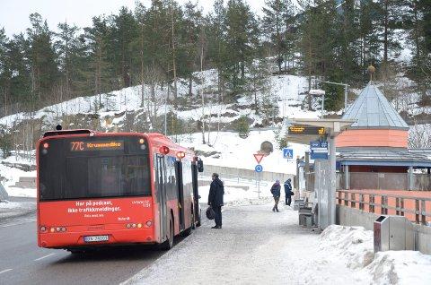 KRUMMEDIKE-BUSSEN: 77C er en av flere busslinjer i Søndre Nordstrand som får utvidet driftstid og hyppigere frekvens om kort tid. Men folket på Dal mister sin matebuss 72A, uten at den erstattes fullt ut. Foto: Nina Schyberg Olsen