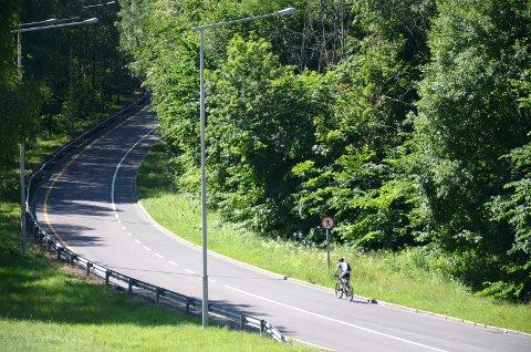 FÅR EGEN VEI: Syklistene skal få egen vei på innsiden av denne avkjøringen mot Hvervenbukta.