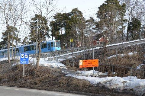 STENGT: Jomfrubråten holdeplass skal gjenåpnes. I første gang skal perrongen mot sentrum bygges, forhåpentligvis i løpet av året. Foto: Nina Schyberg Olsen