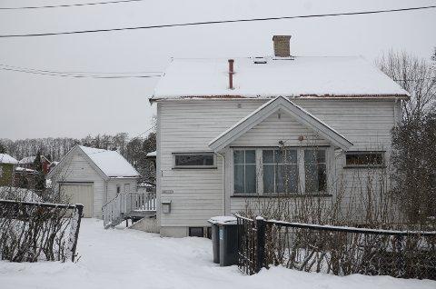 GAMMELT HUS: Det hundre år gamle huset bør restaureres eller rives mener megleren i følge annonsen.