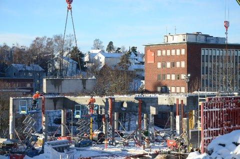 BYGGING PÅGÅR: Det er stor aktivitet på sykehjemstomten i Solfjellshøgda på Ryen.