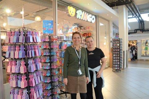 HISTORIE: Senterleder Kristin Bækkelund (t.v.) og Ringo-ansatte Heidi Dorris Aas da lekebutikken åpnet i oktober i fjor. Nå er den konkurs.