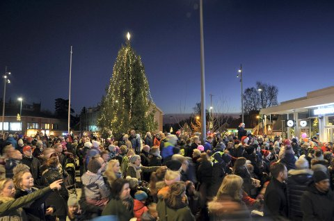 JULEGRANTENNING: I helgen tennes lysene på mange juletrær i distriktet, her fra en tidligere julegrantenning på Sæter.