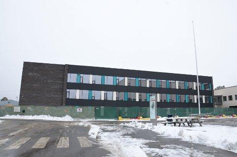 NÅ: Den eldste delen av Nordseter skole har byttet ham. Den hvite bygningen fra 1968 er totalrenovert og har fått helt mørk fasade.