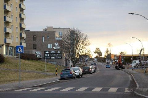 DEL 1: På den delen av Haakon Tveters vei som går fra Skøyenåsveien forbi senteret og opp til krysset Østmarkveien/Vetlandsveien/Oppsalveien skal det lages tosidig sykkelfelt.