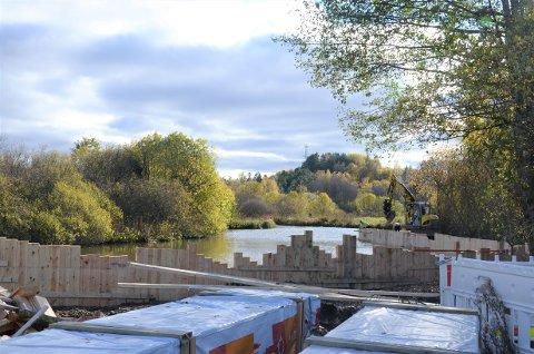 ARBEID PÅGÅR: Spuntkonstruksjonen ved dammen nord for Bogerudmyra og sør for Østensjøvannet bidrar til å regulere vannstanden og sikre området mot erosjon.