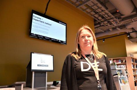 KORONATILTAK: Heidi Scarth Hansen på Deichman Lambertseter forteller at de har åpnet det nye biblioteket, men uten arrangementer og meråpent tilbud inntil videre.