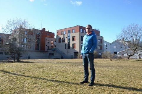 KJEMPER MOT BARNEHAGE: Asle Rein mener  hele grøntområdet bak Sæter Torg bør være friområde. Må det bygges barnehage mener han den bør ligge på tomten nærmest nybyggene i bakgrunnen.