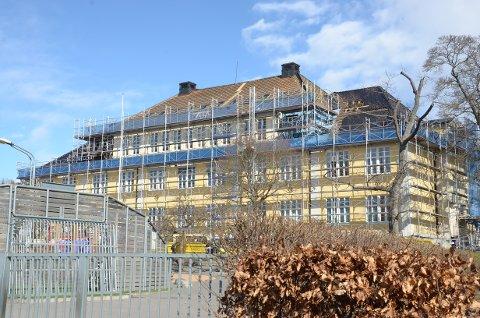 FULL: Bekkelaget skole, som nå får taket utbedret, måtte si nei til ti av høstens førsteklassinger.