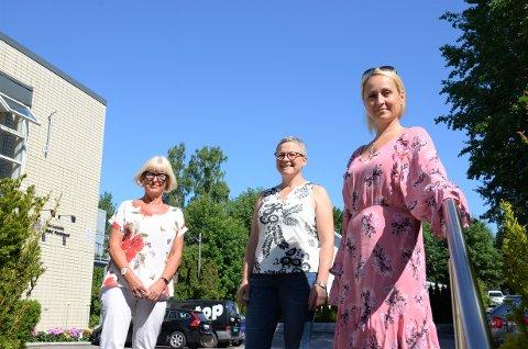 SAMSTEMTE: Asbjørg Lyngtveit (t.v.) i Nordstrand Arbeiderparti og Anita Celin Nymark (t.h.) i Nordstrand Høyre kastet seg rundt sammen med Karen Johanne Strømstad i Nordstrand Kulturarena da kriteriene for tildeling av den ferske krisepakken til staten ble kjent.
