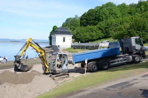 HVERVENBUKTA: Vannet er friskmeldt og i morgen ferdigstilles utskifting av berørt sand etter kloakklekkasjen mandag.