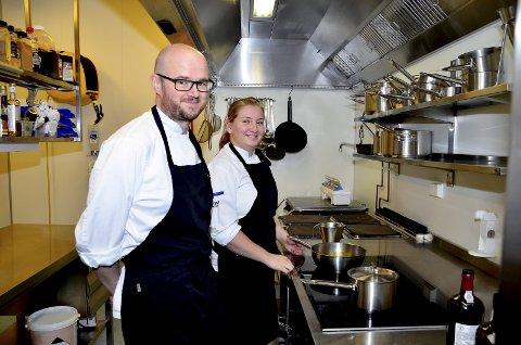 På kjøkkenet: Øyvind Johansen og kokkelærling Silje Cathrine Moldal i sving på kjøkkenet på Nordre Ekre.