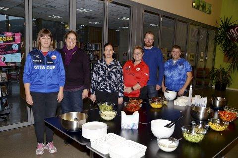 Kjøkkenvakter: Noen av helgas kjøkkenvakter på Ottacup. Fra venstre er Hanne Turmo, Tone Dokken, Inger Tove Sætheren, Merethe Næprud, Kjetil Jøråndstad og Lars Næprud.
